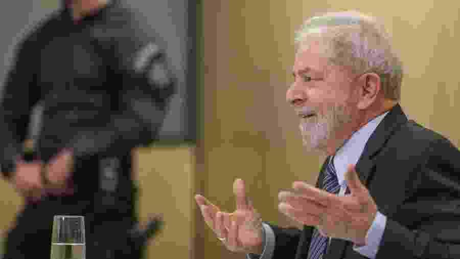 Lula gesticula durante entrevista na prisão - Ricardo Stuckert - 16.out.2019/Instituto Lula