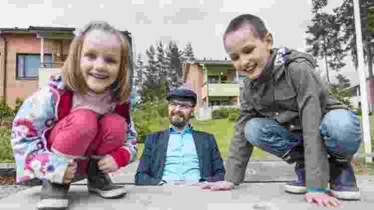 Homem observa crianças brincando - Getty Images - Getty Images