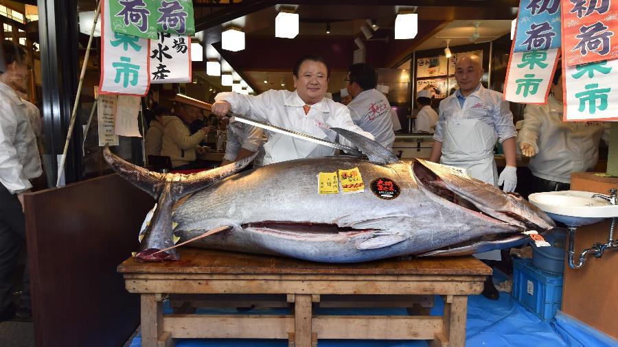 Exemplar gigante de atum vendido no leilão de Ano Novo do principal mercado de peixe de Tóquio por US$ 1,8 milhão - Kazuhiro Nogi/AFP