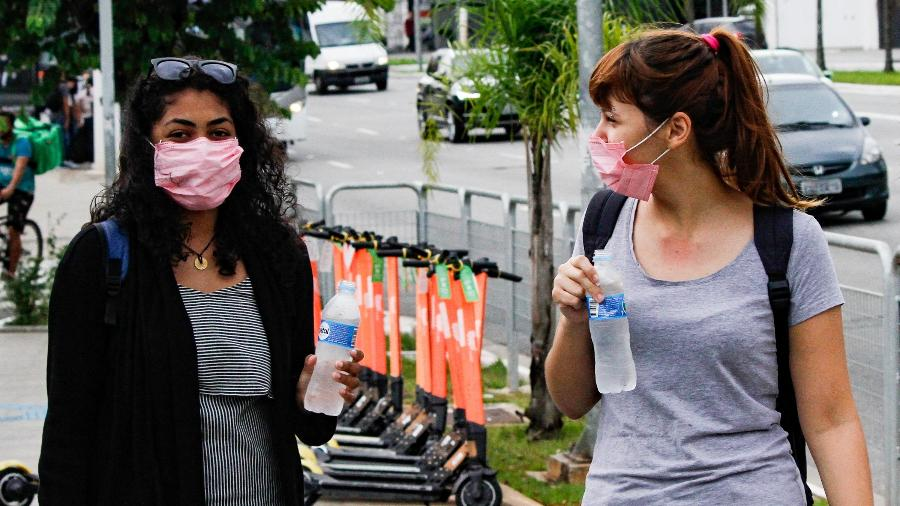 17/03/2020 - Pedestres utilizando máscaras de proteção ao coronavírus na região da Estação do Brooklin do Metrô em São Paulo (SP) - Flavio Corvello/Futura Press/Estadão Conteúdo