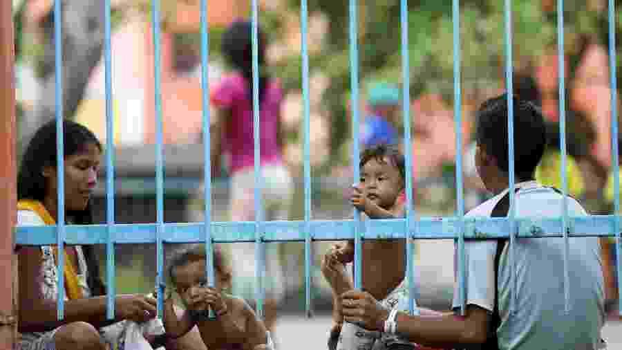 Um casal indígena Warao é visto com seus filhos em um abrigo durante o surto de doença por coronavírus, em Manaus - BRUNO KELLY/REUTERS