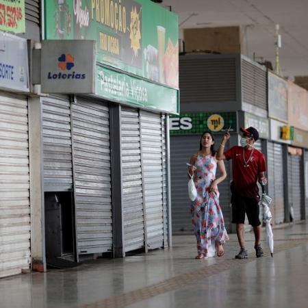 Pessoas caminham em frente a lojas fechadas em shopping de Brasília (DF) - imagem de arquivo - Ueslei Marcelino/Reuters