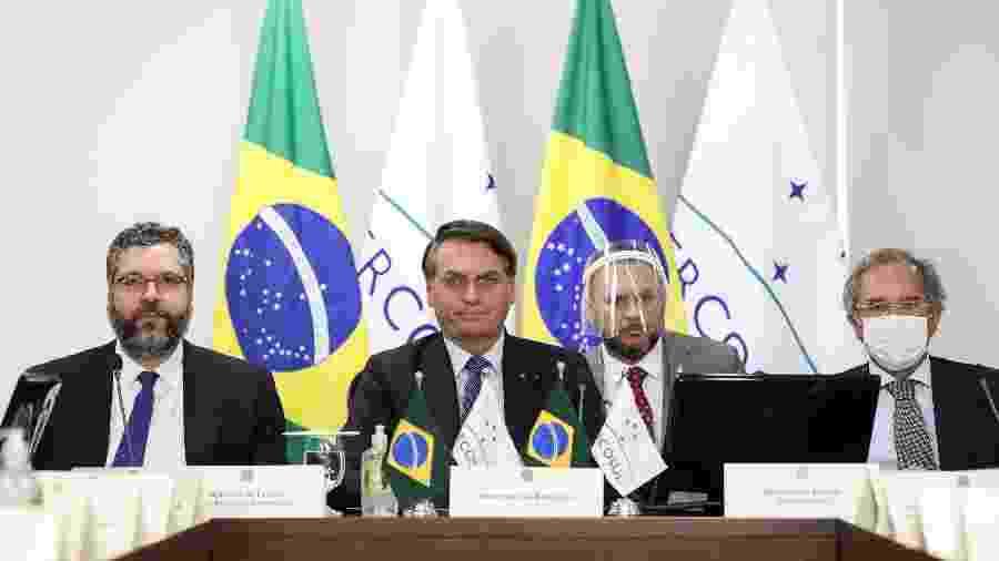 Com Ernesto Araújo (à esq.) e Paulo Guedes (à dir.), Bolsonaro participa de cúpula do Mercosul por videoconferência - Marcos Correa/PR
