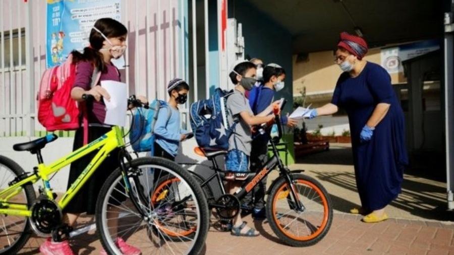 Alunos chegam na escola depois da reabertura em Israel - EPA