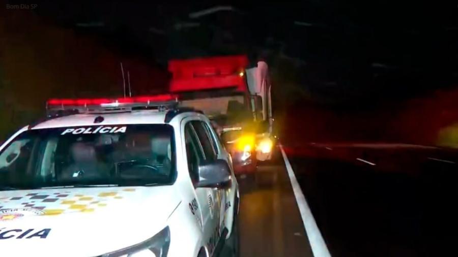 Caminhoneiro morto teria estacionado após o veículo apresentar um problema mecânico - Reprodução / TV Globo