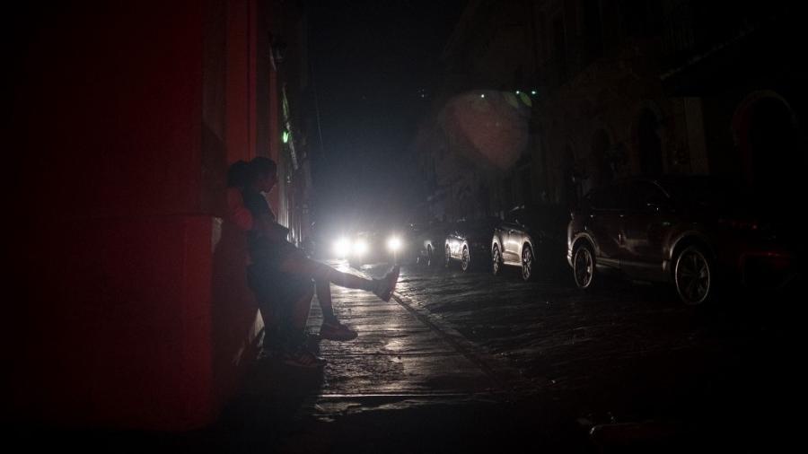 Escuridão tomou conta das ruas de San Juan, em Porto Rico, após ataque cibernético a uma estação eletétrica - Ricardo Arduengo/AFP