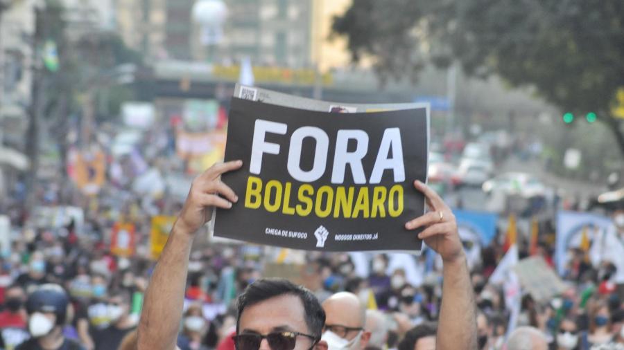 Protesto contra o presidente Jair Bolsonaro, com início na Prefeitura de Porto Alegre (RS), neste sábado (24) - JOSÉ CARLOS DAVES/FUTURA PRESS/ESTADÃO CONTEÚDO
