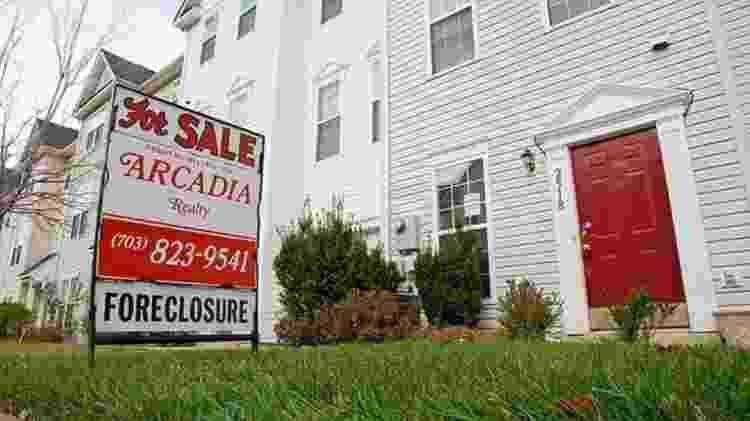 Em 2007, imóveis nos EUA eram oferecidos com desconto, depois de terem sido tomados de proprietários devedores - Paul J. Richards - Paul J. Richards