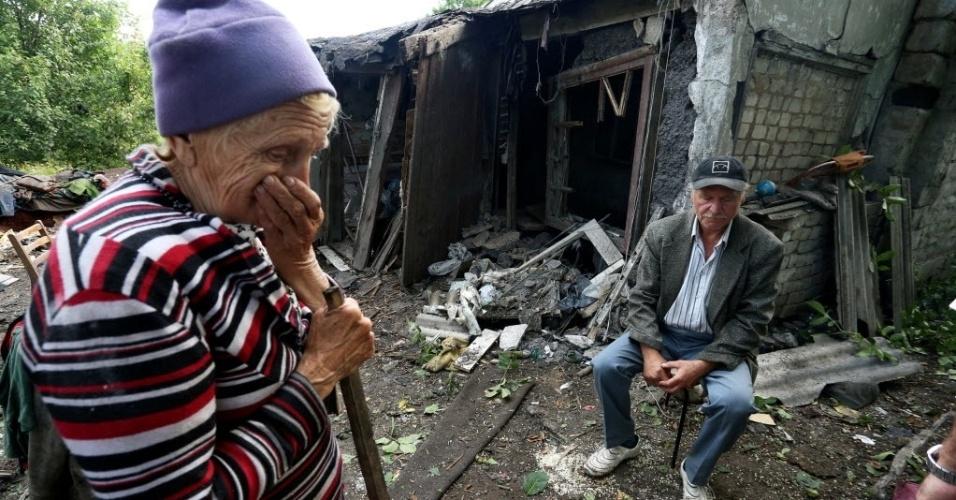 19.jun.2015 - Moradores observam casa destruída durante bombardeios entre as forças ucranianas e separatistas pró-Rússia na cidade de Donetsk, na Ucrânia. Os países membros da União Europeia concordaram em estender as sanções econômicas contra a Rússia por mais seis meses até o final de janeiro de 2016, disseram autoridades