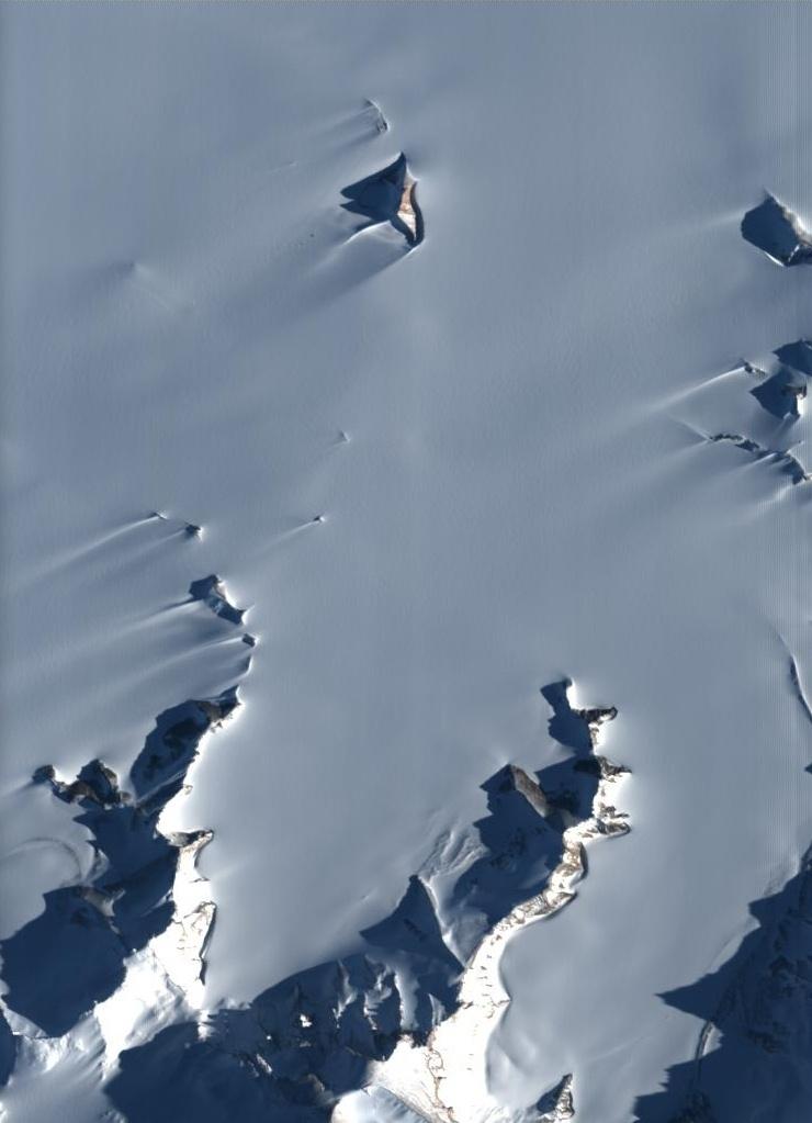 1º.jul.2015 - O microssatélites da ESA (agência espacial europeia) Proba-1 capturou imagem dos picos de montanhas localizadas na Antártida. O período de uso do satélite foi prorrogado de dois para 11 anos. O cume mais alto visto na imagem é o local da base belga Princesa Elisabeth, a primeira estação polar ecológica no continente do sul, isto é, que não emite poluentes. O cume é atingido por ventos de até 300 km/h, de modo que a base é alimentada por turbinas eólicas suplementadas com painéis solares. Fundada em 2009, a base é mantida no lugar por âncoras que se estendem a vários metros para dentro da rocha. Com menos de um metro cúbico, o Proba-1 é o primeiro satélite da na série destinado voo de teste de novas tecnologias espaciais