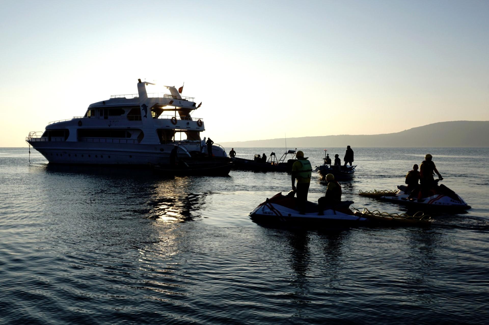 Guarda costeira da Grécia acha 345 refugiados escondidos em iate