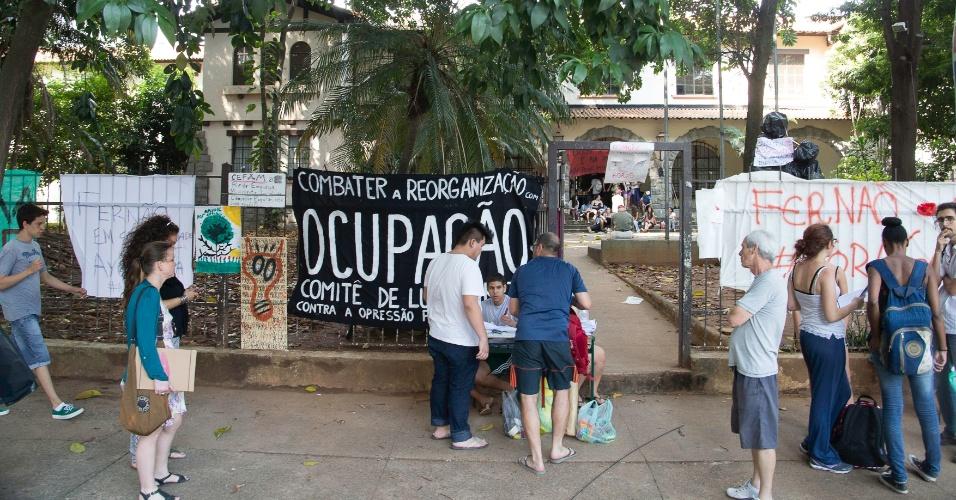 15.nov.2015 - Estudantes seguem ocupando a Escola Estadual Fernão Dias, em Pinheiros, zona oeste de São Paulo, na manhã deste domingo, 15. Uma faixa da via continua interditada. A Polícia Militar está no local com uma Base Móvel. O policiamento em torno da escola foi retirado