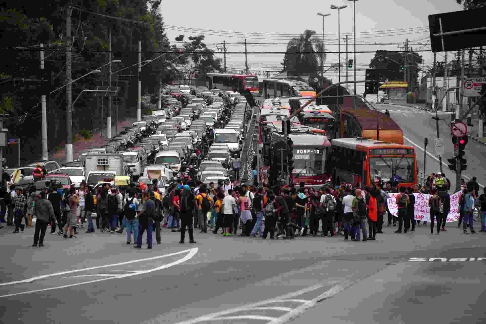 4.dez.2015 - Estudantes fecham rua a avenida Francisco Morato, na zona oeste de São Paulo, em mais um dia de protestos contra a reorganização escolar - Renato Ribeiro/Futura Press/Estadão Conteúdo