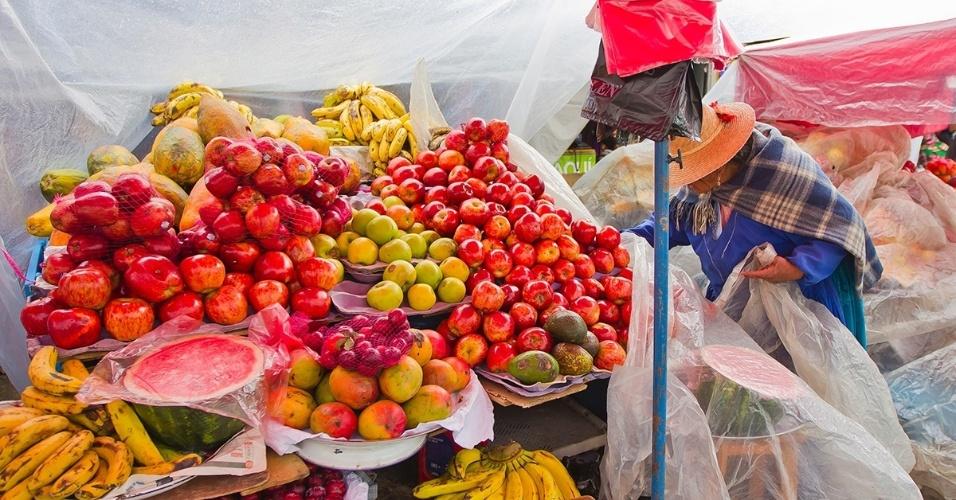 23.dez.2015 - Barraca de frutas num mercado local de Oruro, Bolívia. Mesmo com a maioria dos pratos bolivianos sendo feitos a base de milho, batata e arroz, o país cultiva grande variedade de frutas
