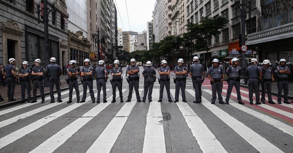14.jan.2016 - Policiais militares foram barreira durante concentração de manifestantes em frente ao Theatro Municipal, no centro de São Paulo, antes de ato convocado pelo MPL (Movimento Passe Livre) contra o aumento da tarifa do transporte público na cidade. O grupo faz dois protestos simultâneos, um no Theatro Municipal (centro) e outro no largo da Batata, em Pinheiros (zona oeste)