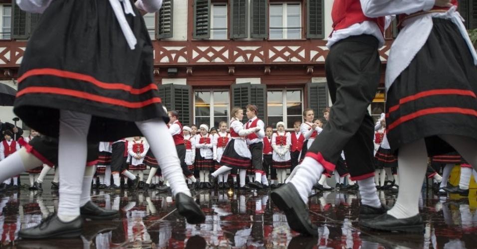 31.jan.2016 - Crianças em trajes tradicionais participam de uma dança no festival Sennenchilbi, em Kuessnachtna, Suíça, neste domingo (31). A festa típica acontece a cada seis anos