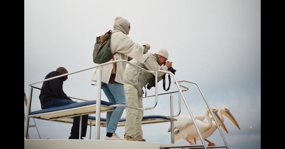 23.fev.2016 - Elie Kauffmann registrou duas pessoas fotografando pelicanos na Namíbia, e a imagem está entre as finalistas na categoria Pessoas - Aberta