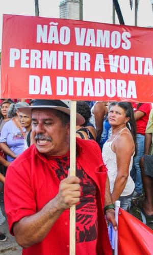 18.mar.2016 - No Recife (PE), manifestante contrário à saída de Dilma Rousseff (PT) avisa: