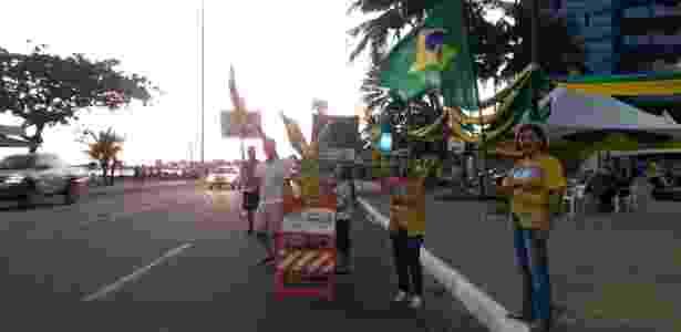 19.mar.2016 - Manifestantes contra o governo Dilma Rousseff (PT) estão acampados em frente ao prédio em que Renan Calheiros (PMDB) mora em Maceió, na avenida Silvio Carlos Vianna, na orla da Ponta Verde, para pressionar o presidente do Senado a assinar o pedido de impeachment contra a presidente quando o documento chegar ao Senado Federal - Aliny Gama/UOL - Aliny Gama/UOL