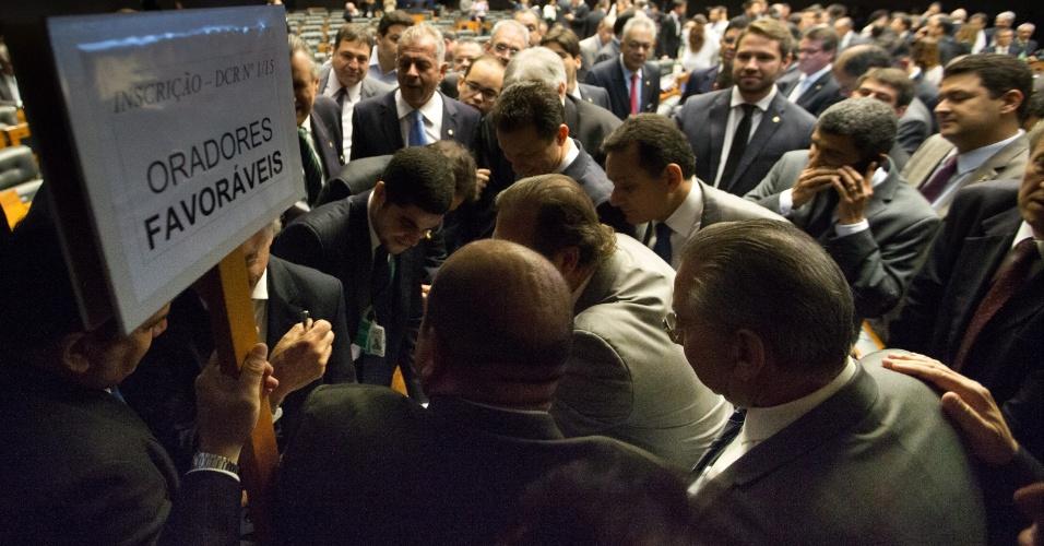 15.abr.2016 - Parlamentares favoráveis à saída de Dilma Rousseff fazem inscrição para discursar durante o debate na sessao do impeachment
