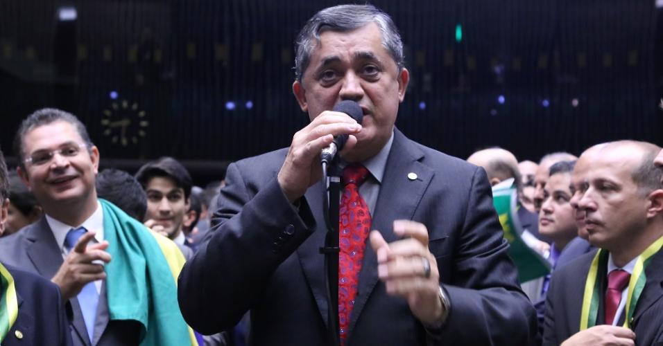 """17.abr.2016 - Líder do governo na Câmara, o deputado José Guimarães (PT-CE) cumpriu a função esperada e disse """"não"""" ao impeachment da presidente Dilma (PT)"""
