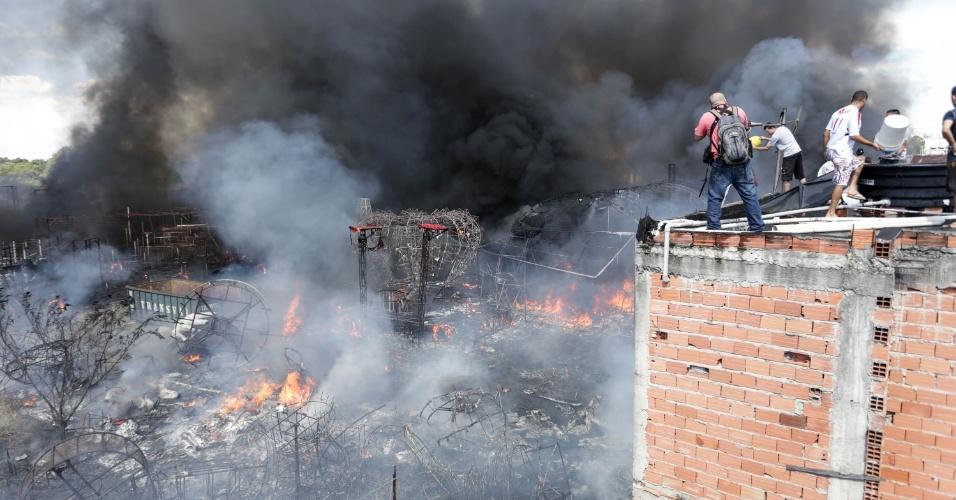 24.abr.2016 - Um incêndio destruiu material guardado no depósito de carros alegóricos na região do Sambódromo do Anhembi, na zona norte de São Paulo. Segundo o Corpo de Bombeiros, 23 carros atenderam a ocorrência, e o fogo já foi controlado