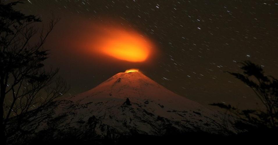 5.mai.2016 - O vulcão Villarrica expele lava no parque nacional de Villarrica, em Pucón, Chile