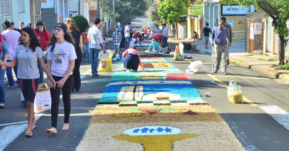 26.mai.2016 - Os tradicionais tapetes de Corpus Christi são montados perto da paróquia Santa Cruz e São Dimas, em Piracicaba (SP)