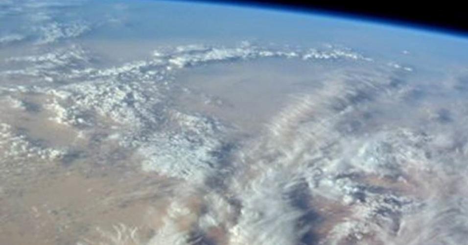 10.jun.2016 - Entre um trabalho e outro, os astronautas da Estação Espacial Internacional podem desfrutar as vistas da Terra. ?Variedade fascinante de formações de nuvens sobre o noroeste do deserto do Saara?, comenta Williams