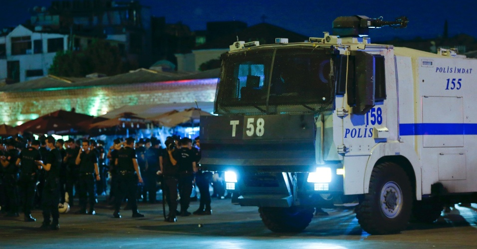 15.jul.2016 - Policiais turcos se agrupam próximos à Praça Taksim, em Istambul, na Turquia