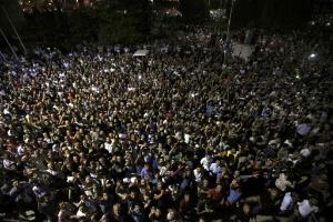 15.jul.2016 - Multidão se reúne em frente ao aeroporto internacional de Ataturk, em Instabul, após tentativa de golpe militar