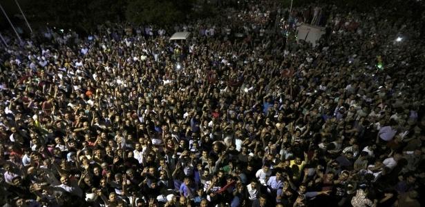 Uma multidão se reuniu em frente ao Aeroporto Internacional de Ataturk, em Istambul, após tentativa de golpe militar na Turquia. O aeroporto foi fechado