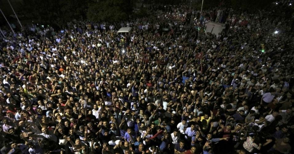 15.jul.2016 - Uma multidão se reuniu em frente ao aeroporto internacional de Ataturk, em Instabul, após tentativa de golpe militar na Turquia. Tanto grupos que apoiam os militares quanto contrários ao golpe saíram para protestar. Há imagens de pessoas feridas