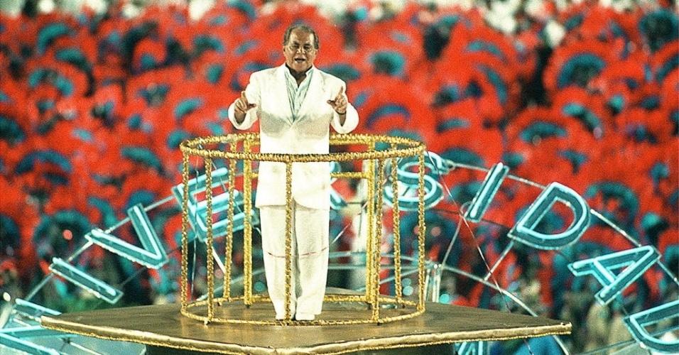 16.fev.1999 - O médico foi homenageado pela Escola Caprichosos de Pilares no Carnaval do Rio. Ele desfilou em carro-alegórico
