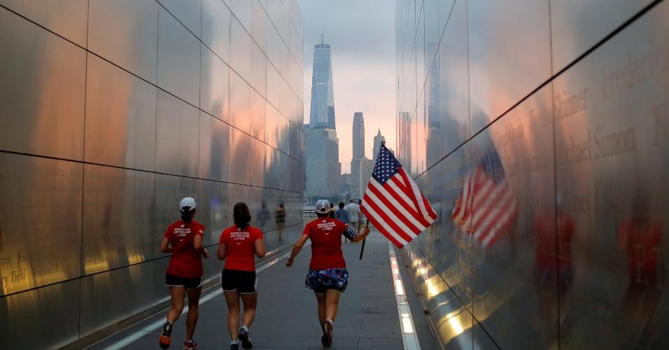 """11.set.2016 - Mulheres correm na região do """"Marco Zero"""", em Nova York, na manhã do 15º aniversário dos ataques terroristas de 11 de setembro nos Estados Unidos, que deixou quase 3.000 mortos"""