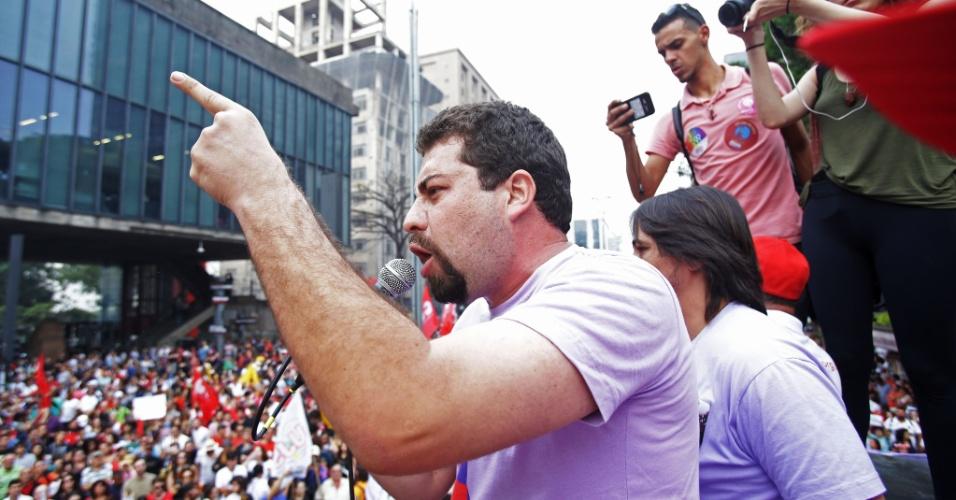 11.set.2016 - O coordenador nacional do Movimento dos Trabalhadores Sem Teto (MTST), Guilherme Boulos , durante a concentração de manifestantes em frente ao Museu de Arte de São Paulo (MASP), na Avenida Paulista, para mais um protesto contra o governo do presidente Michel Temer, na região central de São Paulo