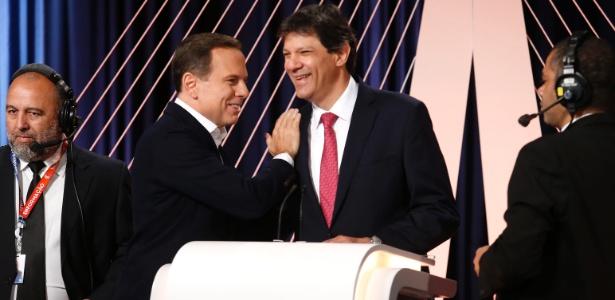 João Dória (à esq.) e Fernando Haddad se cumprimentam antes de debate realizado pelo SBT, Folha e UOL