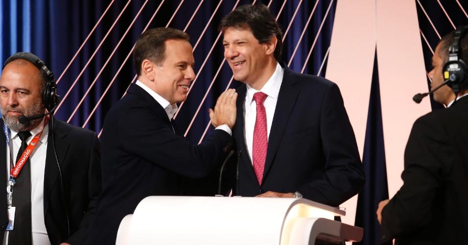 23.set.2016 - Candidatos à Prefeitura de São Paulo João Doria (PSDB) e Fernando Haddad (PT) trocam cumprimentos antes de debate realizado por UOL, Folha e SBT