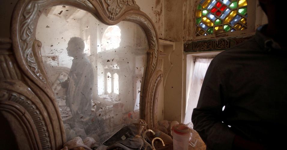 24.set.201 - Espelho fica empoeirado em casa atingida por ataque aéreo em Sanaa, no Iêmen