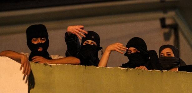Alunos que ocupam a Escola Ferreira da Costa, em Curitiba, se posicionam para evitar invasão de militantes do MBL, durante a madrugada de sexta (28)