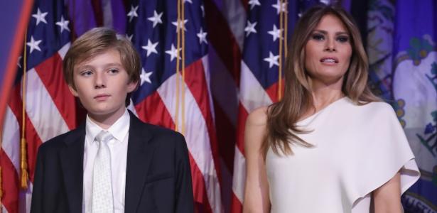 Barron e sua mãe Melania após a vitória de Donald Trump, em Nova York