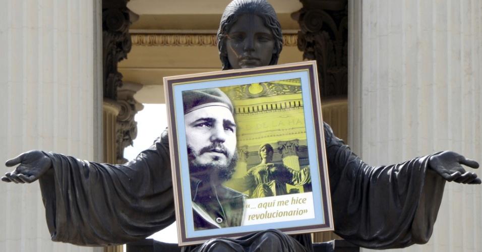 26.nov.2016 - Retrato de Fidel Castro é colocado por estudantes em estátua na Universidade de Havana, em Cuba