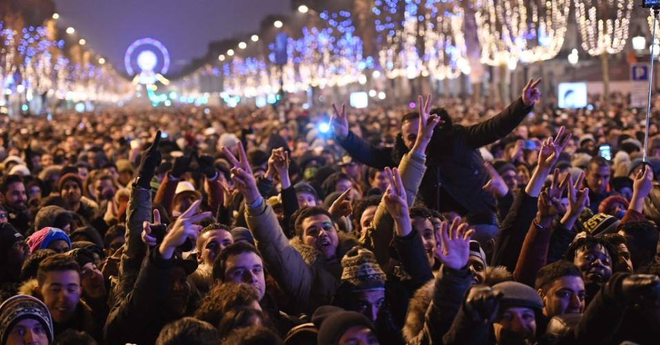 31.dez.2016 - Milhares de pessoas se concentram na avenida Champs-Elysées, em Paris, para esperar a virada do ano