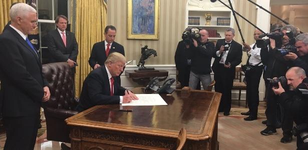 20.jan.2017 - O presidente Donald Trump assina decreto sobre o Obamacare na Casa Branca, em Washington - Twitter/Reprodução