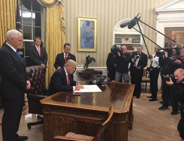 Trump assina ordem executiva sobre o Obamacare na Casa Branca após posse