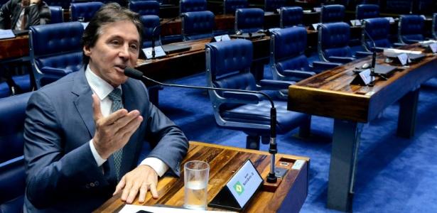 Senador Eunício Oliveira (PMDB-CE) fala durante sessão deliberativa ordinária no plenário do Senado