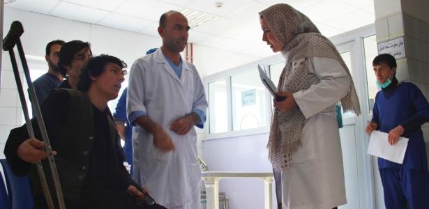 Marzia Salam Yaftali (dir.) conversa com paciente de hospital em Kunduz, Afeganistão - Najim Rahim/The New York Times