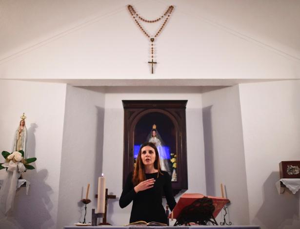 A assistente social e leiga Claudia Rocha (31) lidera o rito da comunhão em igreja de Carrapatelo, Portugal