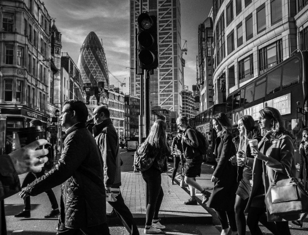 13.mar.2017 - Pedestres em rua de Londres