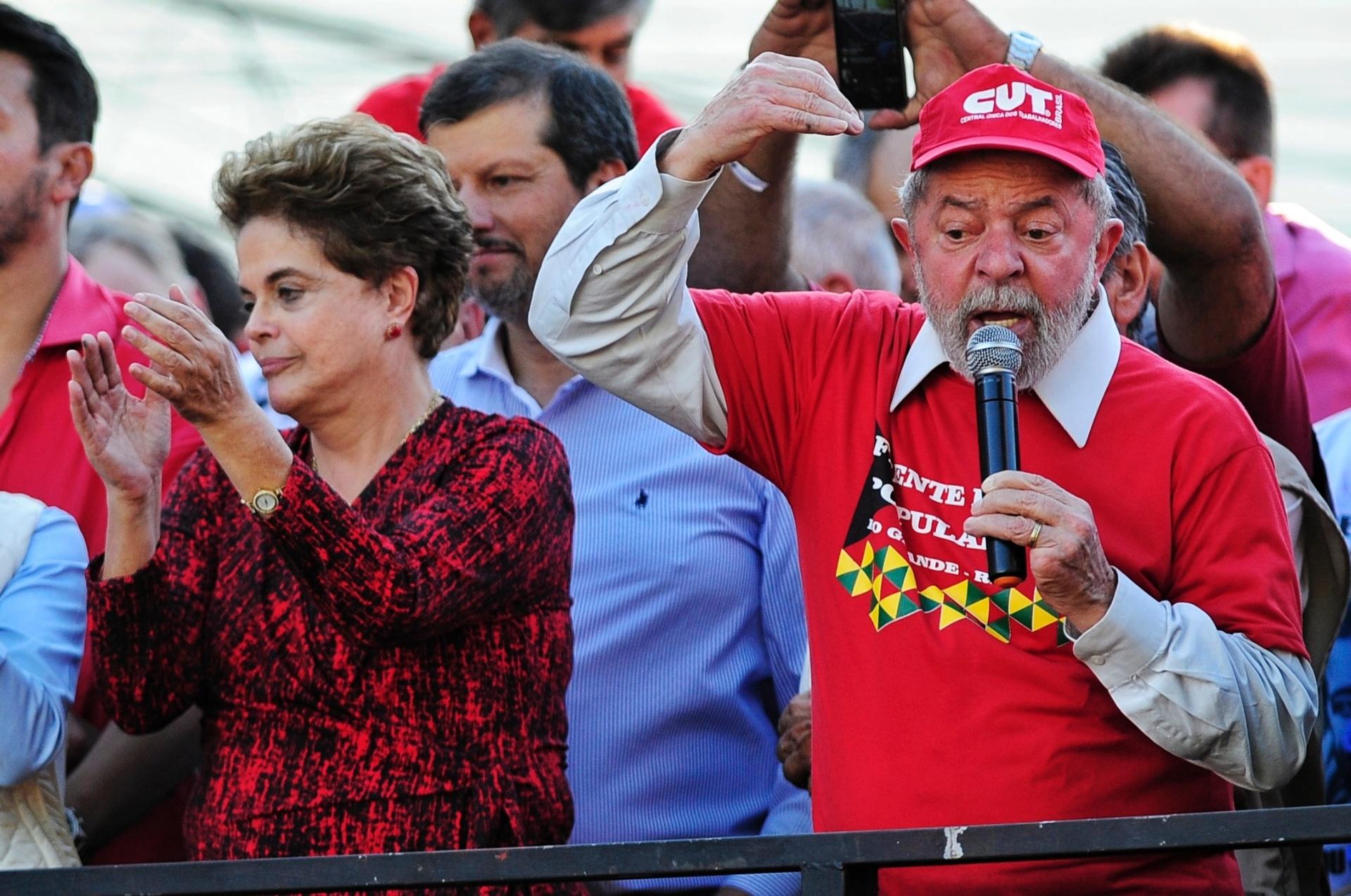 29.abr.2017 -  Os ex-presidentes Luiz Inácio Lula da Silva e Dilma Rousseff participam do Ato em Defesa do Polo Naval, em Rio Grande (RS)